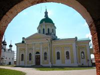 Вид из ворот на церковь Иоанна Предтечи