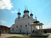 """Никольский собор в кремле. На переднем плане памятник """"заразившейся"""" княжне"""
