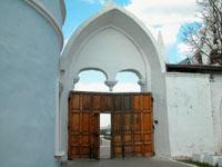 Входная арка Ново-Голутвинского монастыря