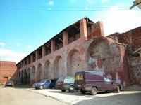 Стены... Ну чем не Авиньон? И тоже парковка под стенами...
